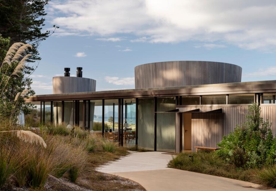 casas de vidrio y metal: en un paisaje de dunas. 24