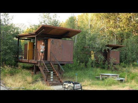 casas pequeñas modernas: Chozas con ruedas de metal que se mueven en un prado 33